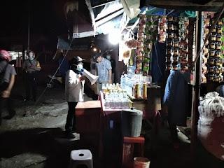 Camat Pasar Himbau Pedagang Pasar Tradisional Untuk Menutup Warung Sesuai Arahan Walikota Jambi.