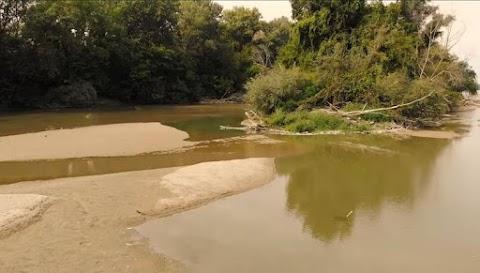 Szinte száraz lábbal át lehet rajta kelni, úgy kiszáradt a Maros – Ez történik majd a folyóval