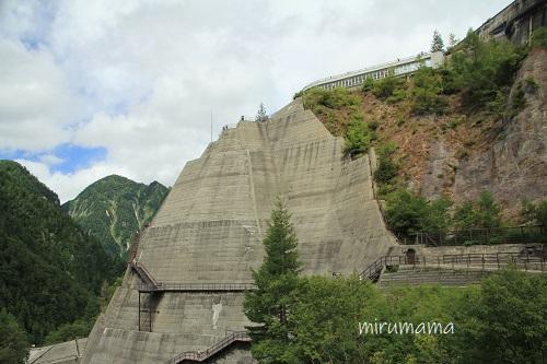 黒部ダム、遠くから見た外階段