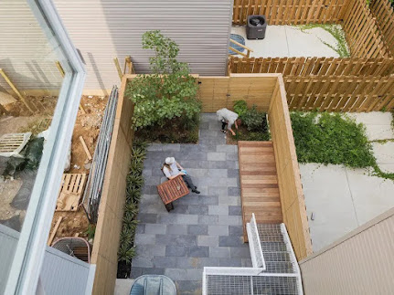Sân sau tạo thành một mảnh vườn nhỏ xinh của nhà phố kiểu Mỹ