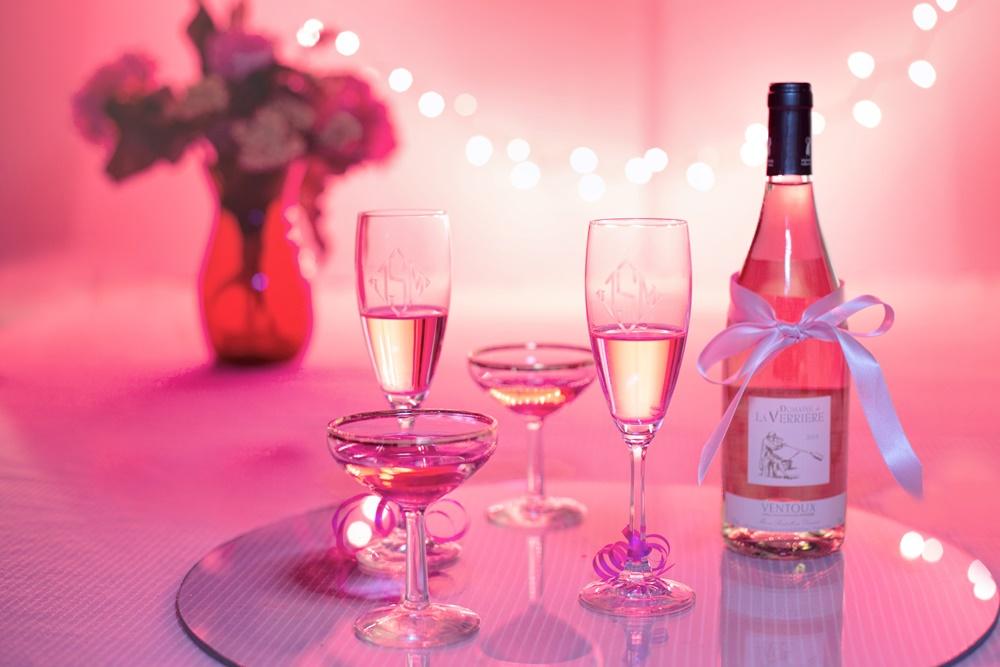 Estética rosa de imagem, com champagne, taças e luz ambiente rosa, para falar um pouco sobre 2017 e 2018