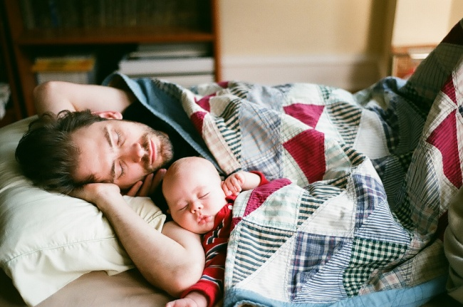 20 photos of happy dads and their newborns