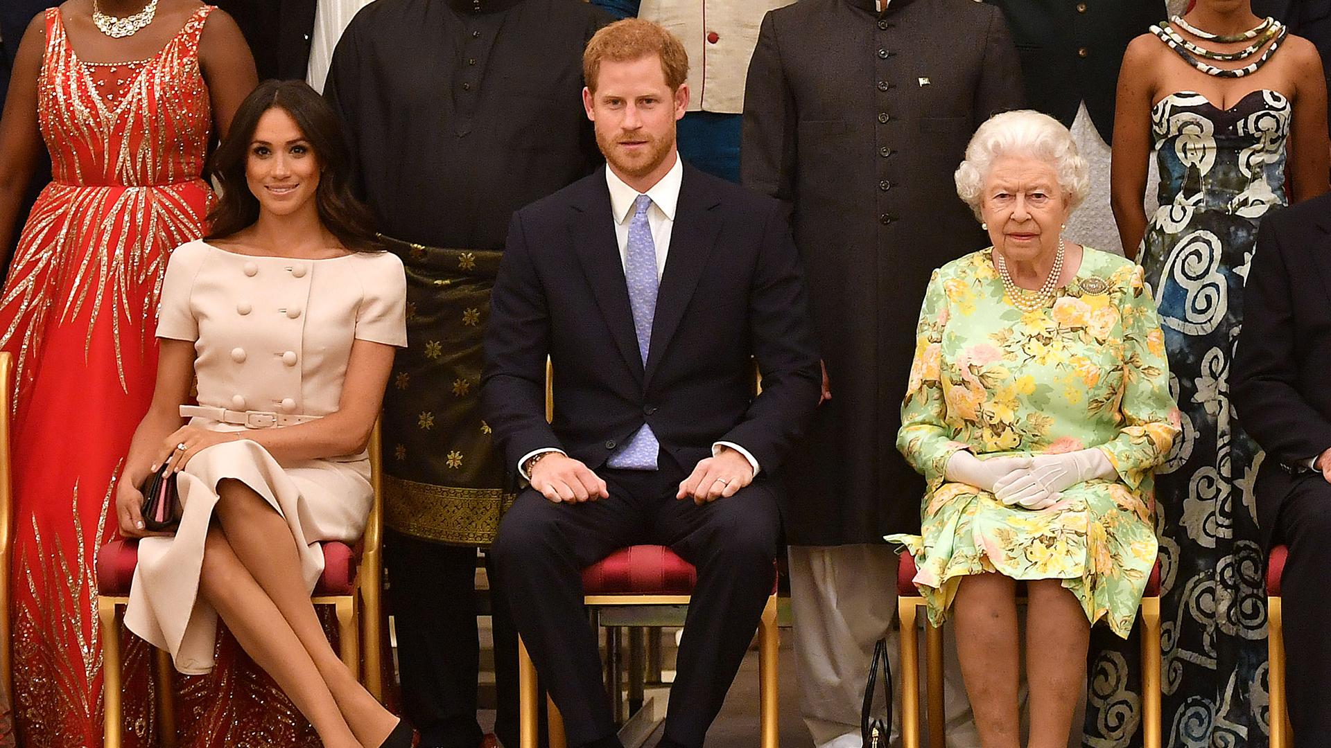 """El comunicado de la reina Isabel II tras la explosiva entrevista a Meghan y Harry: promete tomar """"muy en serio"""" las acusaciones de racismo"""