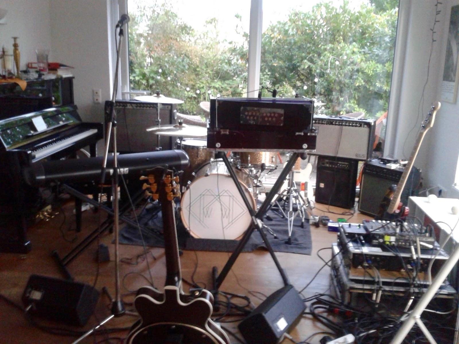 Als Ich In Feuerbach Ankam Fand Das Halbe Wohnzimmer Schon Belegt Mit Den Utensilien Der Band Ein Mittleres Drumset Eine Korg Orgel Indisches