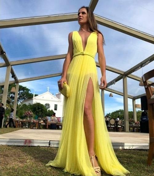 vestido longo amarelo claro com transparência nas pernas para casamento