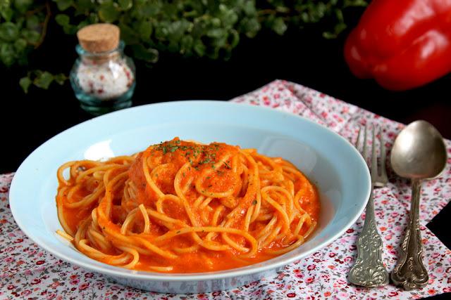 spaghetti z sosem paprykowym