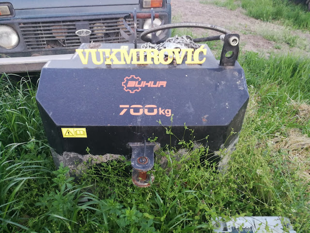 Ово је само тег за трактор (700кг)- ко не верује нека покуша да га подигне (не би могао ни Тарзан)