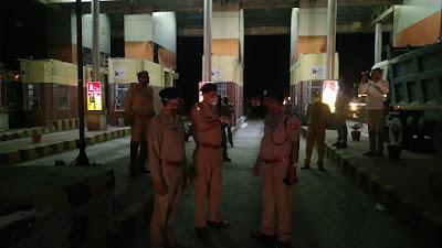 पुलिस महानिरीक्षक झाँसी परिक्षेत्र द्वारा जनपद जालौन-झाँसी(पिरौना) बार्डर , एट टोल प्लाजा का स्थलीय निरीक्षण किया    संवाददाता, Journalist Anil Prabhakar.                 www.upviral24.in