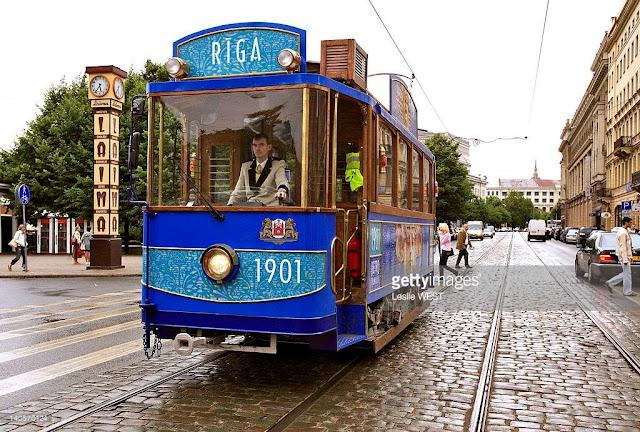 """Рига. Ретро-трамвай и часы """"Laima"""""""