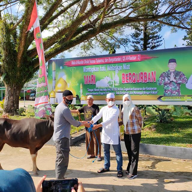 Dandim 1004/Kotabaru serahkan hewan Qurban kepada panti asuhan dan warga yang kurang mampu