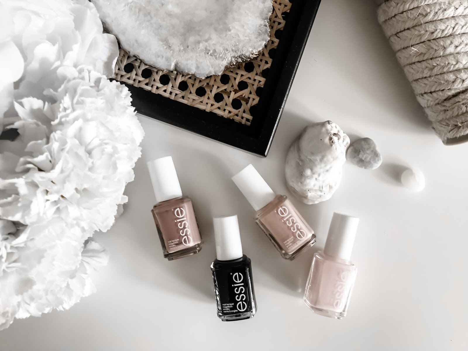 Summer Flatlay with different Essie Nailpolishes in Nude and black tones