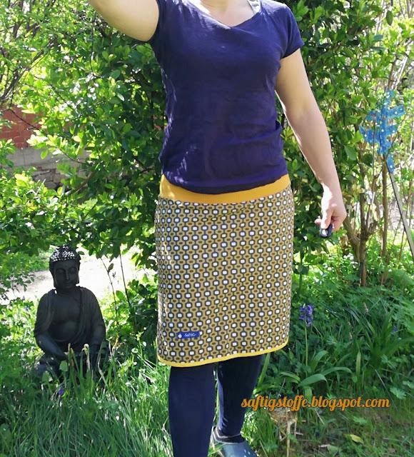 Baumwoll-Rock knielang, gelb getragen. Frau im Garten