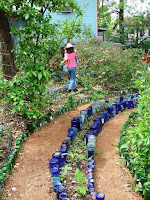 jardín con botellas de vidrio recicladas