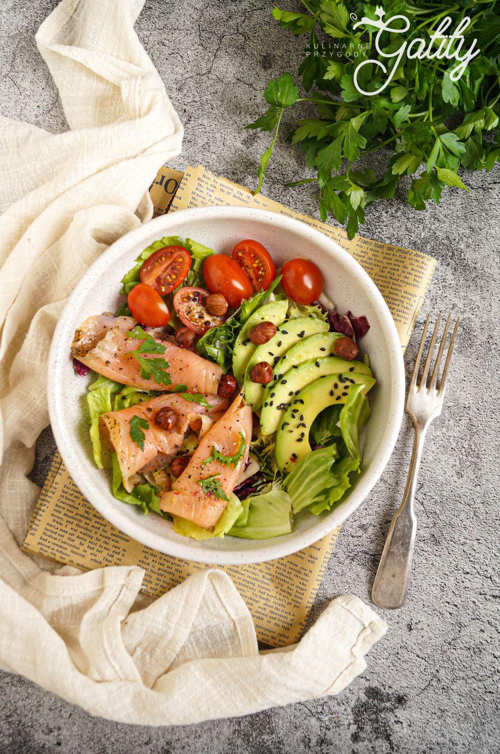 kolorowa-salatka-z-ryba-zielona-salata