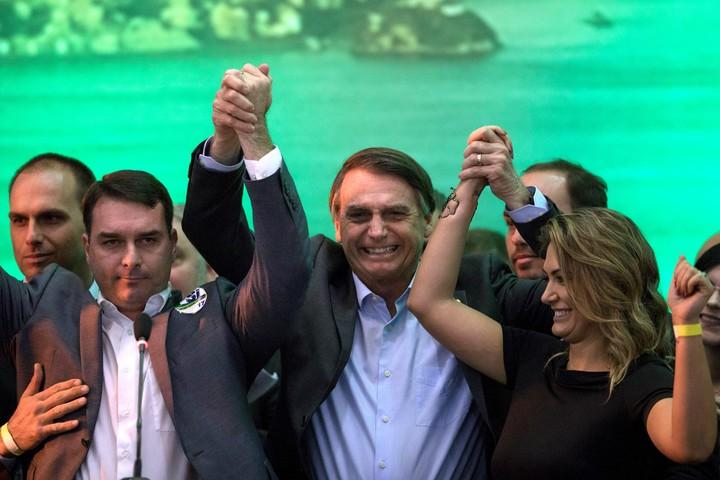 Bolsonaro, el candidato conservador brasileño, junto a su familia / AP