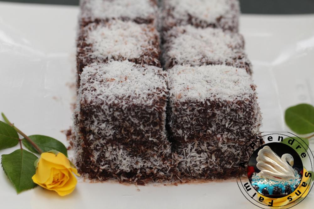 Gâteau aux framboises enrobé de chocolat et de noix de coco