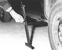 Перед поднятием автомобиля ослабить болты крепления колеса