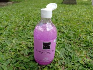 Shower scrub dikemas dalam botol 300 ml dan memiliki tutup flip yang aman
