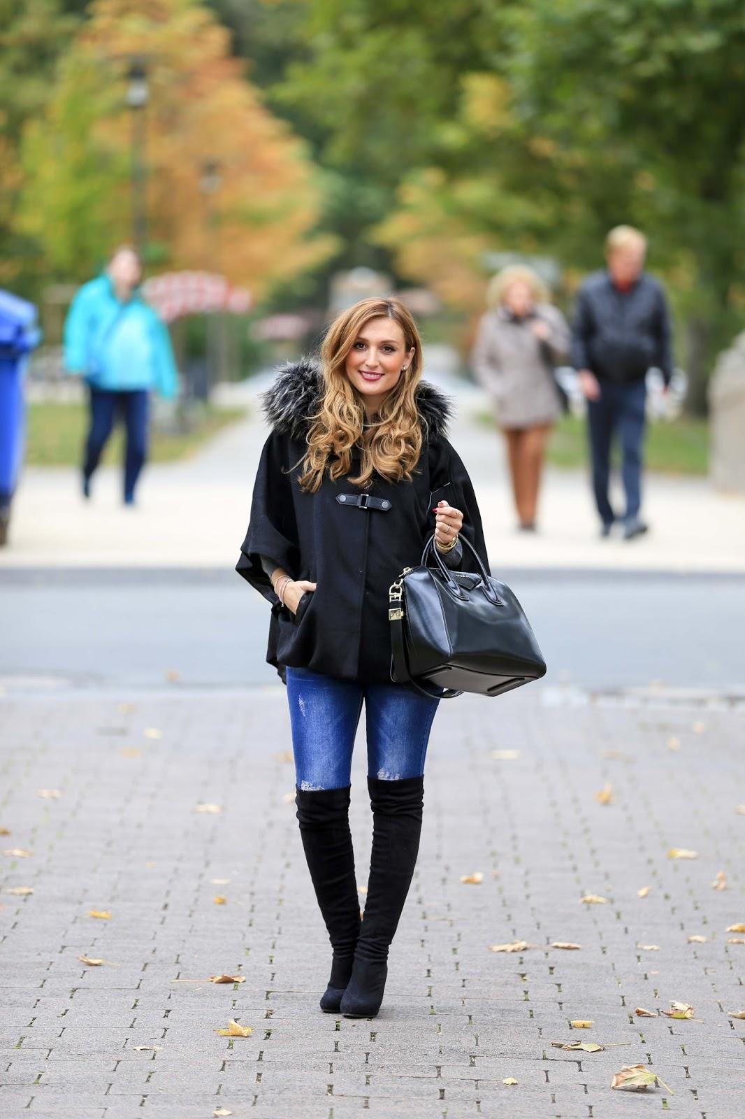 Streetstyle-Blogger-Streetstyle-Look-Poncho kombinieren -Blogger Herbstlook- Winterlook-inspirationen - was-zieht-man-im-Winter- an- schwarzerPonchos-Schwarze-Overknees-Blogger