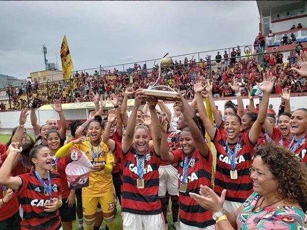 Meninas do Flamengo levantam a taça do Estadual