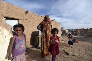 """هل يمنح المغرب جرعات لقاح كورونا إلى المحتجزين في مخيمات تندوف؟  أعلنت مصادر إعلامية عن نية المغرب تقديم مساعدات للقاطنين بمخيمات تندوف، تتمثل في منحهم حقنا من اللقاحات المضادة لفيروس كورونا المستجد. وقالت الصحيفة الإلكترونية """"الجزائر تايمز"""" إنها """"علمت من موظف في بعثة الأمم المتحدة مينورسو، عرض المغرب على الجزائر عن طريق مينورسو تقديم 20 ألف جرعة من اللقاح إلى ساكنة مخيمات تندوف"""". وتابعت الصحيفة قائلة: """"تأتي هذه المساعدات كهبة من ملك الإنسانية محمد السادس المعروف بمواقفه الإنسانية تجاه المستضعفين، وخاصة سكان مخيمات تندوف المحتجزين، ضدا عن رغبتهم، في خلاء تحت لسعات أشعة الشمس الحارقة، مجبرين لأسباب سياسية ضيقة، في وضع يتناقض كليا مع القانون الدولي، أهمها أنهم محتجزون في مخيمات عسكرية ضدا عن مبادئ القانون الدولي الذي يفرض شروطا صارمة يجب على بلد اللجوء التقيد بها عند السماح لإقامة هذه المخيمات، وهي الحرص على الطابع المدني والإنساني والسلمي لهذه المخيمات"""". وفي هذا الإطار، قال أحمد نور الدين، خبير في قضية الصحراء المغربية، إن """"المبادرة تثبت أن المقاربة المغربية دائما تستحضر كون سكان تندوف هم مغاربة محتجزون""""، مضيفا أن """"المملكة تفكر في مواطنيها، سواء كانوا داخل البلاد أو محتجزين في مناطق أخرى"""". وأفاد نور الدين بأن """"هذه المبادرة تزكي المبادرة السابقة التي قام بها المغرب بداية الحجر الصحي، حينما نبه الأمم المتحدة إلى حالة الإهمال المقصود التي يتعرض لها حوالي 45 ألفا من ساكني المخيمات"""". واعتبر أن هاتين المبادرتين تحرجان النظام العسكري الجزائري وتفضحان فكرة كونه يدافع عن شعب مزعوم""""، هو الذي يتبجح بأنه يدافع عن القضية من باب المبادئ الدولية. وأردف المتحدث بأن """"النظام الجزائري الذي يصرف المليارات في الحملة الدعائية الموجهة ضد المغرب، عجز عن توفير لقاح كورونا حتى للشعب الجزائري، مقتنيا فقط مائة ألف حقنة بطريق تشبه التسول من أصدقائه، وعلى رأسهم روسيا"""". وشدد الخبير ذاته على أن النظام الجزائري """"لا يقوم بما يلزم لا تجاه شعبه ولا تجاه سكان المخيمات الذين تتخذهم الجزائر كورقة ابتزاز أمام المنتظم الدولي"""". وأبرز نور الدين أن من بين الأمور التي يعرقل النظام الجزائري القيام بها في مخيمات تندوف، وصول المفوضية السامية للاجئين إلى المنطقة، """"لأنه يخفي أشياء كثيرة في المخيمات، سواء عدد القاطني"""