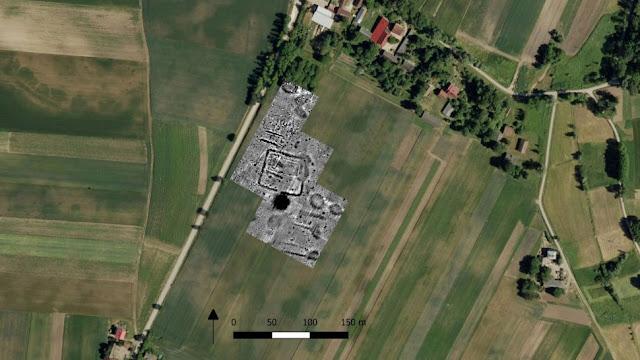 I segni del raccolto in un campo che sono apparsi nelle immagini satellitari si sono rivelati essere una struttura sotterranea a quattro lati. I tumuli e le tombe del cimitero neolitico sono stati trovati a nord e a sud della fortezza durante gli scavi del sito.