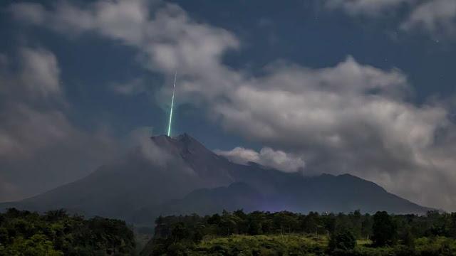 Meteoro no vulcão mais ativo da Indonésia - Monte Merapi