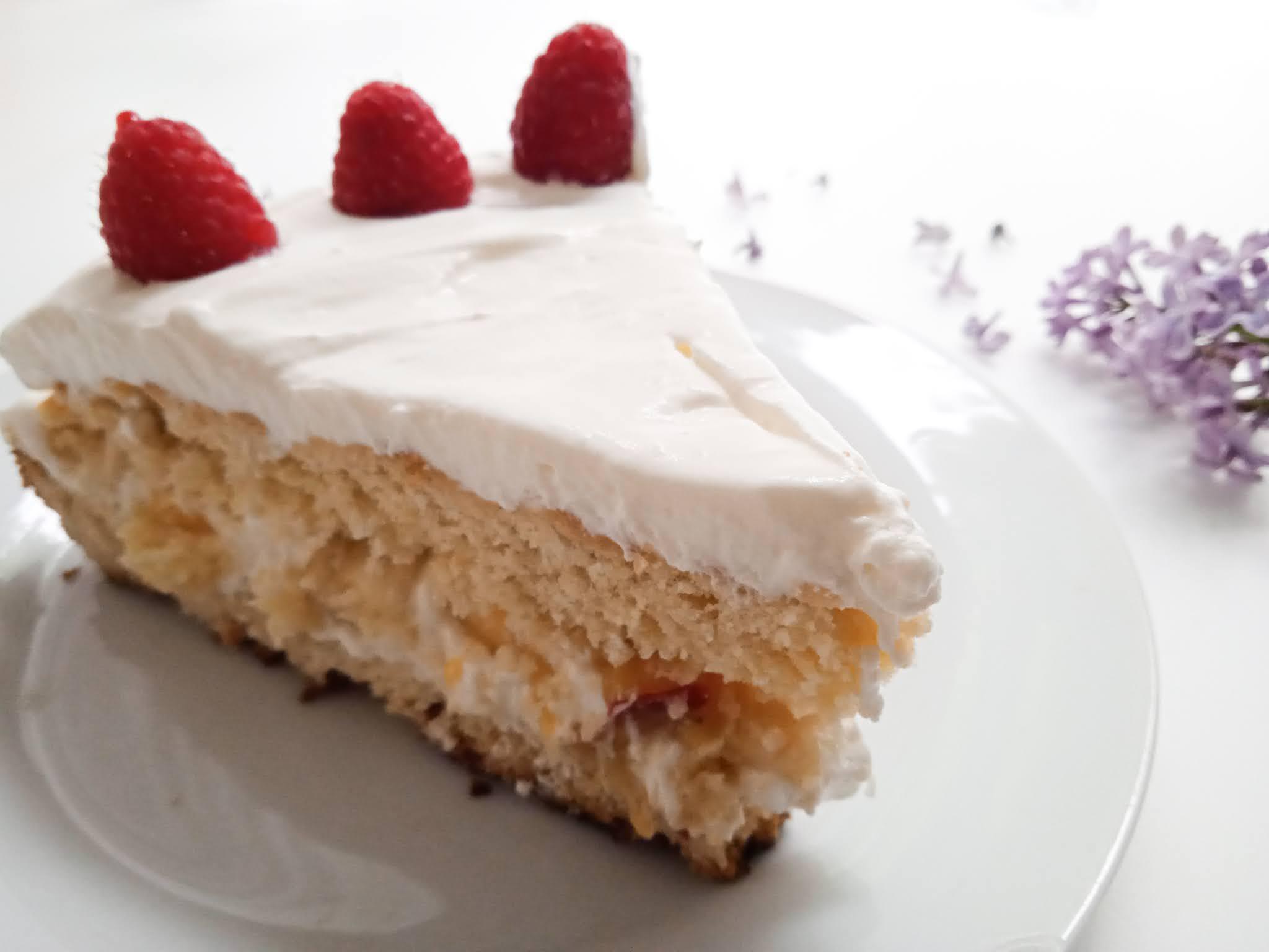 lekkie ciasto z kremem i owocami