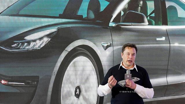 Tesla se burla de los inversores poniendo a la venta pantalones cortos rojos