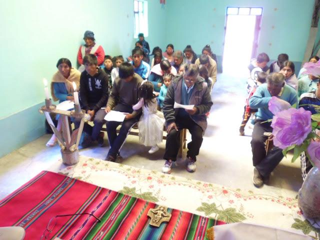 Das Volk studiert die Blätter mit den Lesungen.