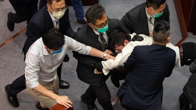 Kínai kommunisták miatt verekedtek a hongkongi képviselők (+videó)