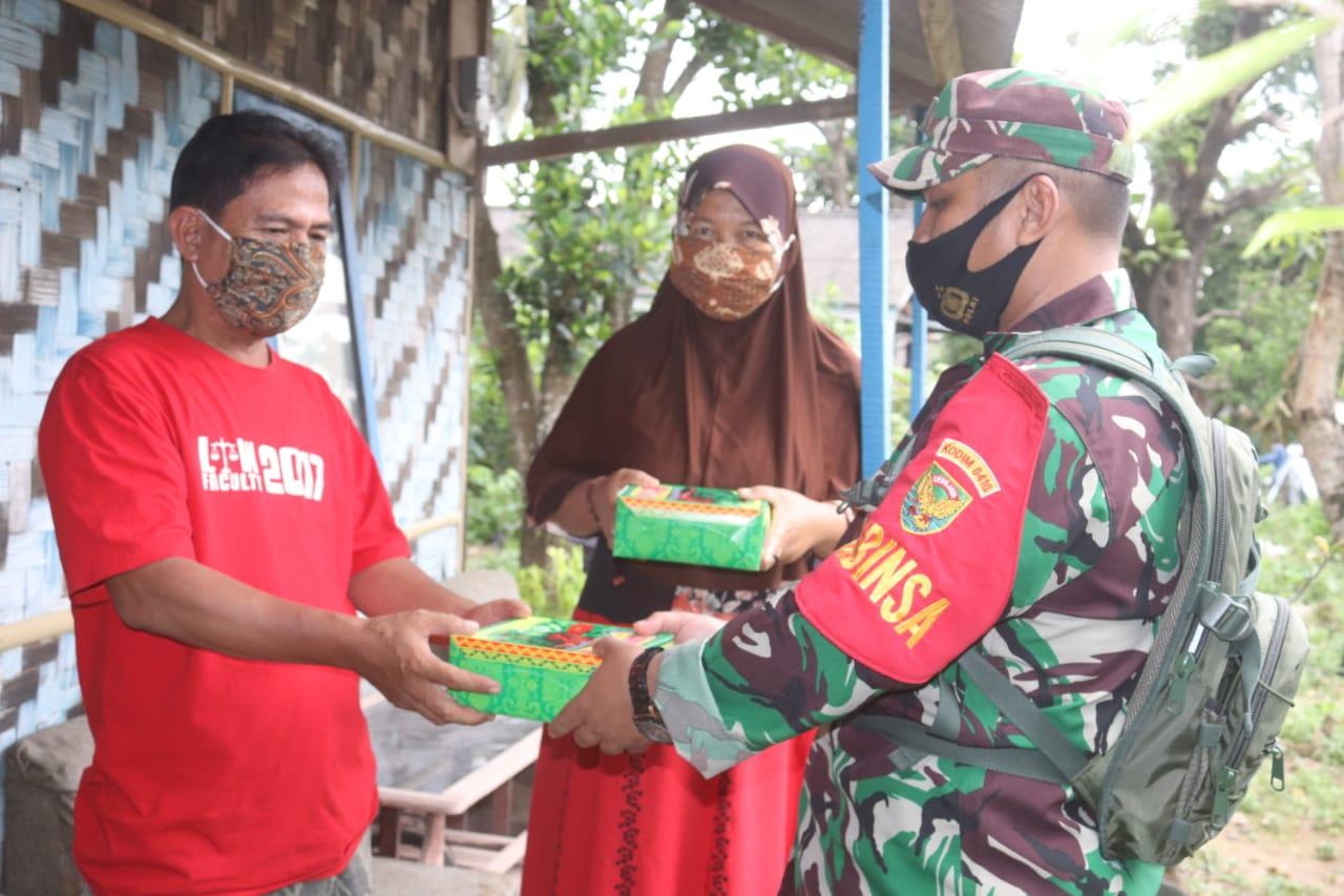 Koramil 410-06/Kedaton Kodim 0410/KBL membagikan nasi kotak dan masker secara gratis kepada warga yang membutuhkan di Jln. Bumi Manti Kelurahan Kampung Baru