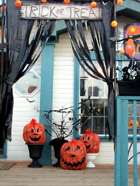 26 Best Halloween decoration ideas for front porch. Best DIY Halloween Outdoor Decorations for 2018. Best Halloween spooky decoration ideas. Trash used for outdoor Halloween decoration. Front door Halloween spooky decoration. Front porch decoration ideas for Halloween. Halloween party decoration for outdoor. Holidays front porch decoration.