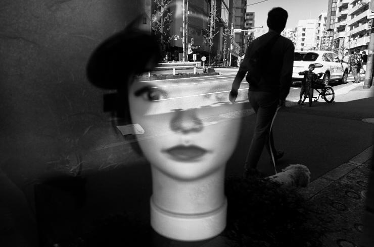 contoh gambar karya fotografi hitam putih fotografer teknik cara memotret jenis macam kamera genre style bagus keren menarik arti makna street stage portrait human interest photography komunitas angle bagus komposisi pencahayaan ruang positif negatif lighting siluet bayangan seni