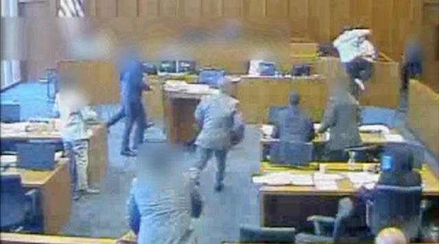 Κατηγορούμενος πέφτει νεκρός από πυρά αστυνομικών όταν προσπάθησε να καρφώσει μάρτυρα με στυλό (βίντεο)