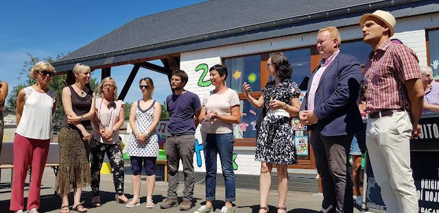 Inauguration de la nouvelle cour de récréation peinte par Ben Heine avec et pour les élèves et présentation du nouveau projet pédagogique de l'Ecole Communale d'Eprave en présence de Madame la Bourgmestre de Rochefort Corine Mullens,