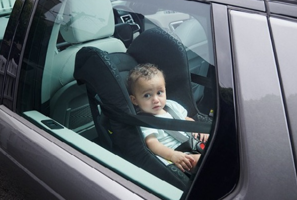 Anak di Mobil