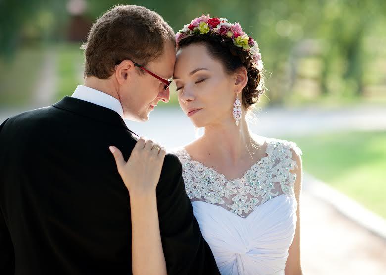Długie kolczyki ślubne z sutaszu.