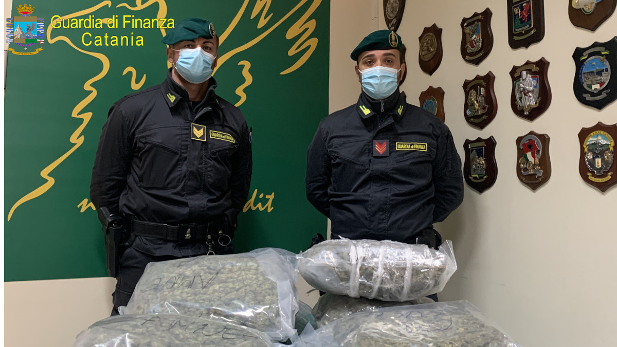 Guardia di Finanza coi 7kg di marijuana sequestrati