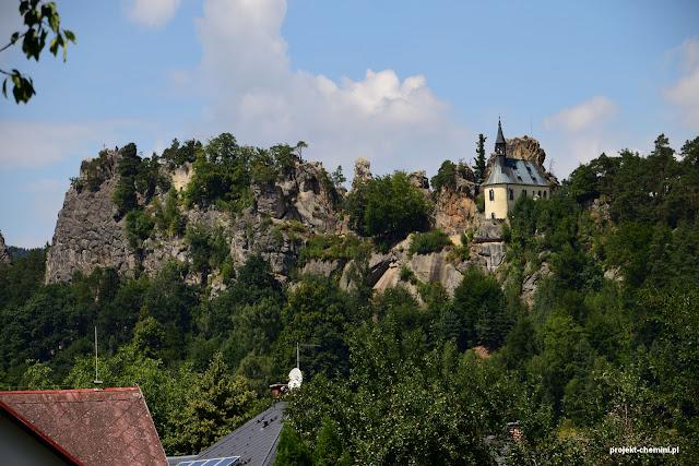 Malá Skála i wznoszący się nad nią zamek Vranov