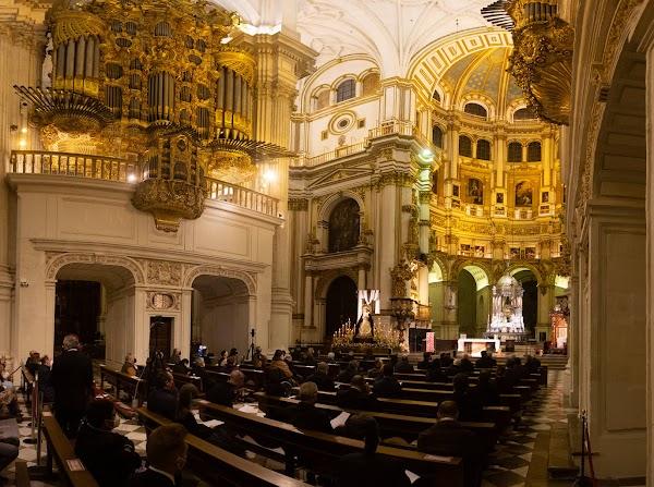 Lleno total en la Catedral para seguir el Vía Crucis de la Federación de Cofradías de Granada