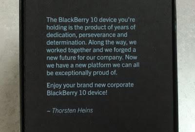 El día de hoy Thorsten Heins ha hecho llegar a sus empleados un dispositivo BlackBerry Q10 el cual viene en una caja personalizada con un pequeño mensaje por parte de el. Esto es una muestra de que Heins está muy agradecido con todo el equipo y es por ello que ha hecho llegar un dispositivo a sus empleados, El mensaje que viene en la caja del dispositivo dice lo siguiente: El dispositivo BlackBerry 10 que tienes en tus manos es un producto ha llevado años de dedicación, perseverancia y determinación. A lo largo de todo esté trabajo que hemos realizado