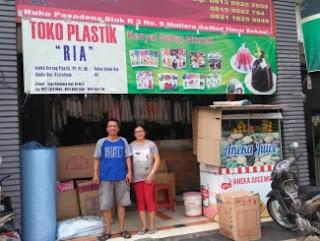 penjual toko plastik di pinggir jalan