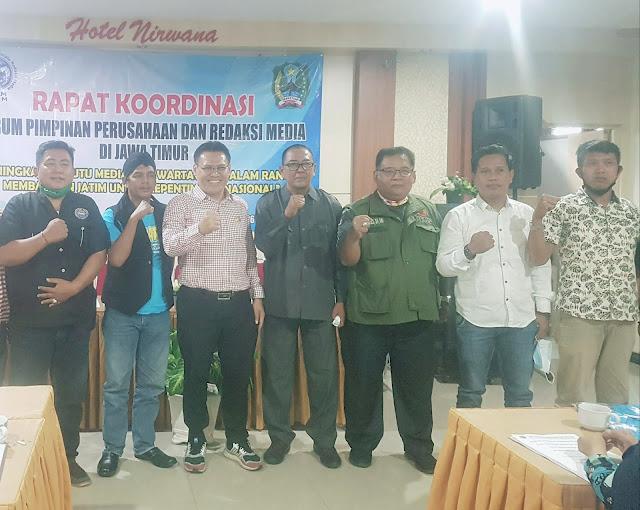 """Surabaya - majalahglobal.com : Soal Surat Pendataan Perusahaan Pers, Sebaiknya DP (Dewan Pers) bekerjasama dengan FKPRM (Forum Komunikasi Pemimpin Redaksi Media (FKPRM) Jawa Timur. Kenapa FKPRM ? Karena wadah yang sudah berbadan hukum ini tahu kondisi di lapangan.  Ketua FKPRM Jawa Timur, Agung Santoso, dalam pers releasenya kepada para pemimpin redaksi  media di Jawa Timur yang tergabung dalam FKPRM, menanggapi surat dari Dewan Pers, nomor 800/DP/K/VIII/2030, perihal pendataan perusahaan pers di Indonesia yang ditujukan kepada Kepala Daerah Kab/Kota Cq.Sekretaris Daerah tertanggal 26 Agustus 2020.  ''Terima kasih kepada Dewan Pers yang telah melakukan salah satu tupoksinya dengan melakukan pendataan yang selalu ada setiap tahun, sehingga akan diketahui berapa jumlah media yang sudah di data, tapi bukan untuk verifikasi, karena verifikasi baik administrasi dan faktual mempunyai persyaratan yang butuh proses, bukan berat. Berat itu bisa identik tidak bisa, tapi kalau proses, semua pasti bisa menuju apa apa yang diharapkan kita semua,"""" ujarnya.  Pertanyaan kenapa harus kerjasama dengan FKPRM ? Menurut Agung sapaan akrab sosok pria yang pernah menjadi redaktur di media harian Bhirawa di Surabaya ini, mengungkapkan anggota FKPRM semua sudah berbadan hukum, juga ada penanggungjawab redaksi/pemimpin redaksi yang bisa di cek pada medianya, komitmen menjalankan kode etik jurnalistik dan perlindungan, ada kantor, kemudian soal gaji dan asuransi dari perusahaan media ada yang sudah dan ada yang masih dalam proses.   """"FKPRM itu bukan sekedar melakukan pendataan tapi juga pembinaan, dan bukan juga sekedar mengeluarkan aturan-aturan yang tanpa melihat kondisi di lapangan, mengeluarkan aturan berlindung dalam sebuah undang-undang kalau tidak tahu kondisi di lapangan, maka sekedar retorika,"""" tegasnya.  Perlu diketahui oleh Dewan Pers, tanggal 25-26 Sepetember 2020, FKPRM menyelenggarakan Rapat Koordinasi Pemimpin Perusahaan dan Redaksi Media di Jawa Timur yang berlangsung di Hotel"""
