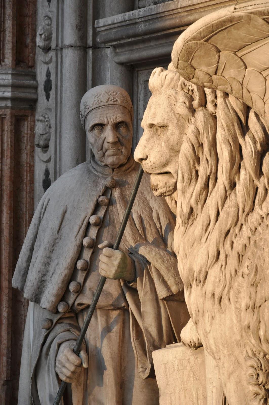 Fig. 1 Venezia, Palazzo Ducale - La Porta della Carta. Scultura Doge Foscari con il Leone alato.