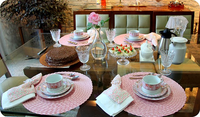 Decorando a mesa do café com Rosas e Tons de Rosa