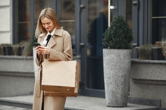 Women using smartphone yaitu Split Screen XiaomiRedmi Note 8 Pro