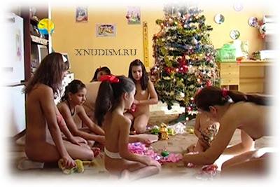 Семья нудистов празднует рождество - семейный нудизм в Чехии