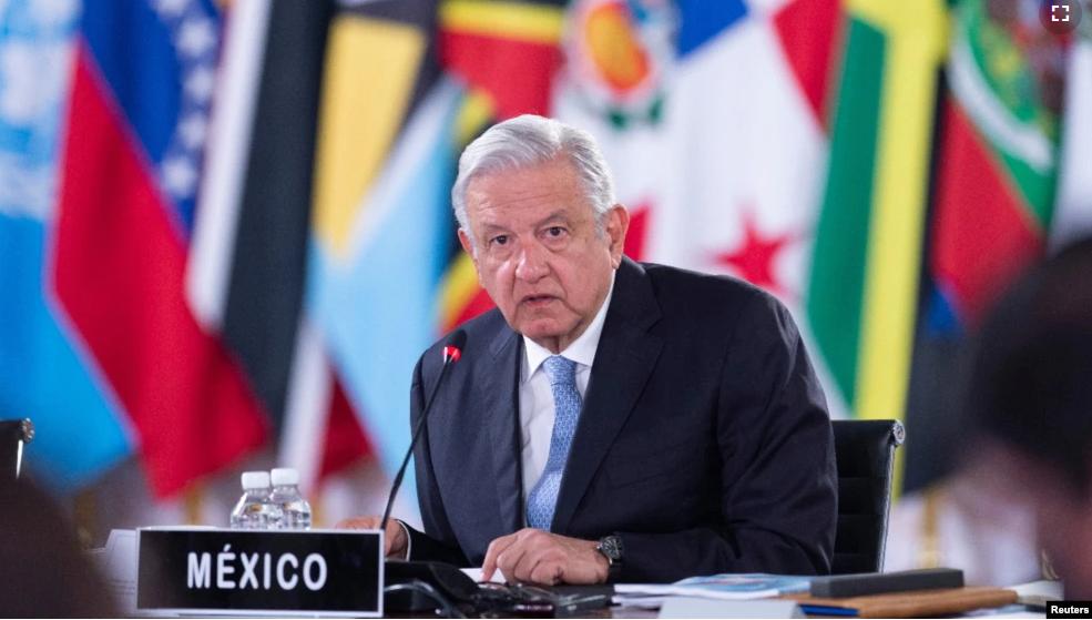 El presidente de México, Andrés Manuel López Obrador, escucha durante la cumbre de la Comunidad de Estados Latinoamericanos y Caribeños (CELAC), en el Palacio Nacional en la Ciudad de México, México, el 18 de septiembre de 2021 / REUTERS
