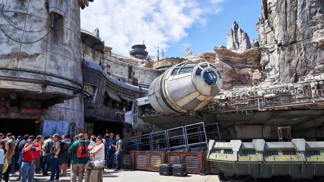 Saat dibuka, daya tarik khas dan perjalanan di Disneyland's Galaxy's Edge adalah skala penuh, 100-plus-foot-length, film-sempurna Millennium Falcon.